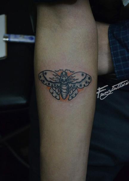 女生手臂一款带点小邪恶的蝴蝶纹身图案图片