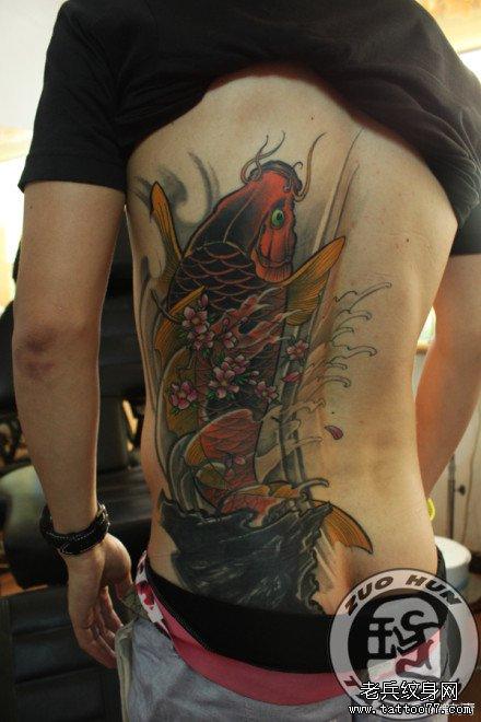 后背鲤鱼纹身图片